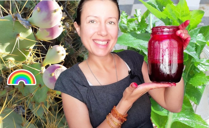 Purple #juice experiment or when wild cactus fruits meet dandelion leaves