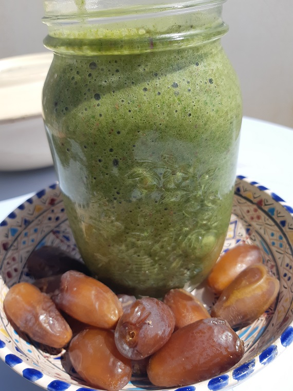 How to make a #greensmoothie with spinach, hemp, mint, aloe vera and chocolate